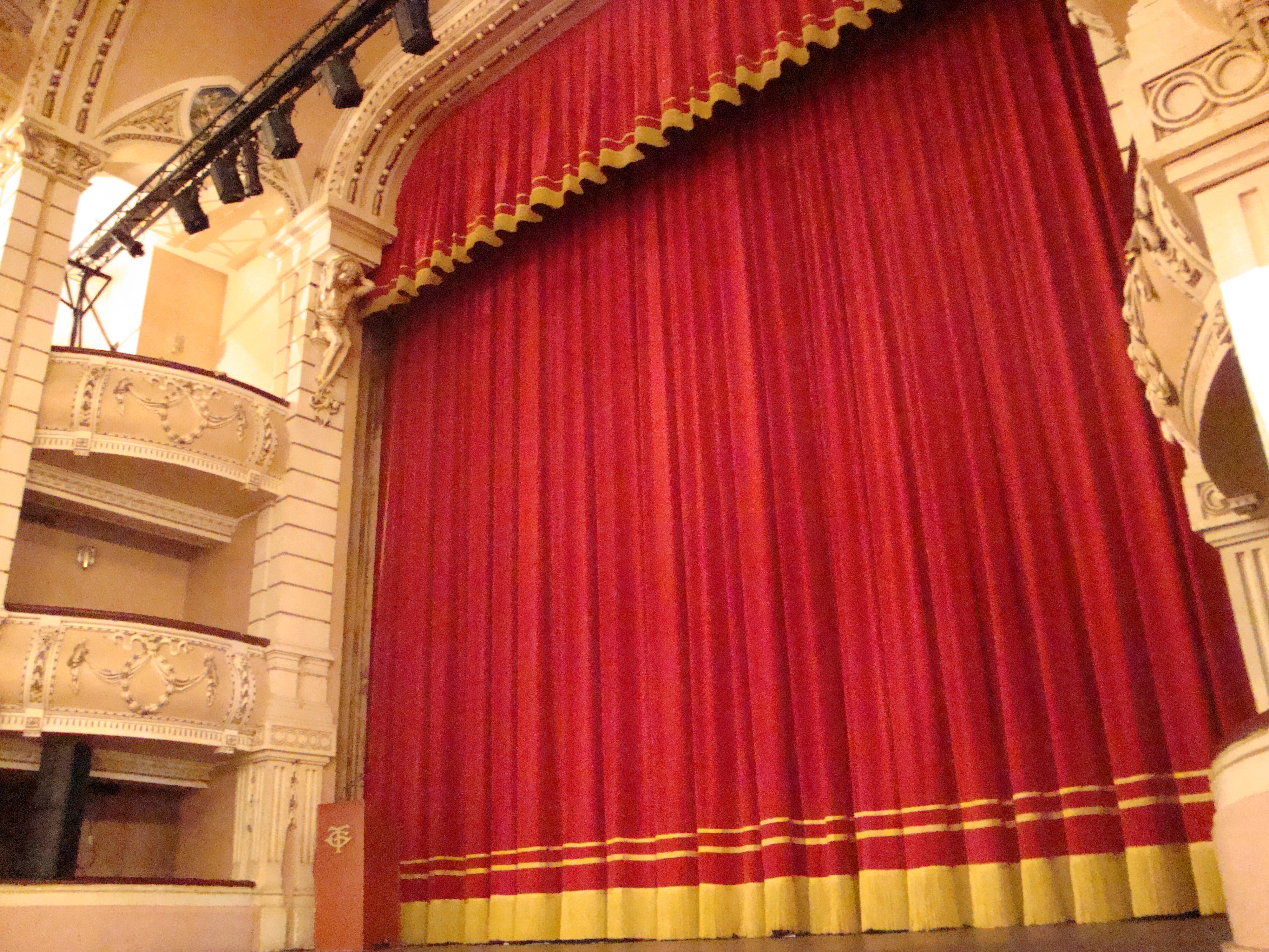 telones clásicos con adornos para teatros